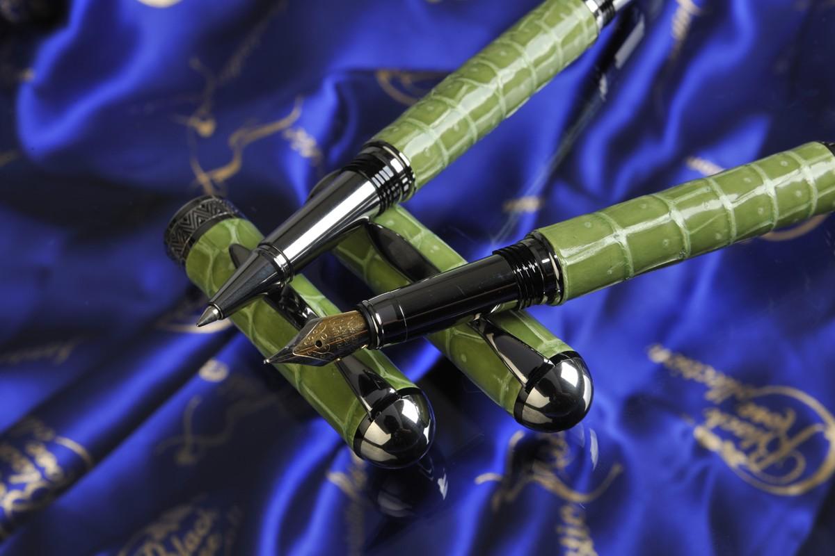 Luxury Pens Woodpecker Nib Close Up